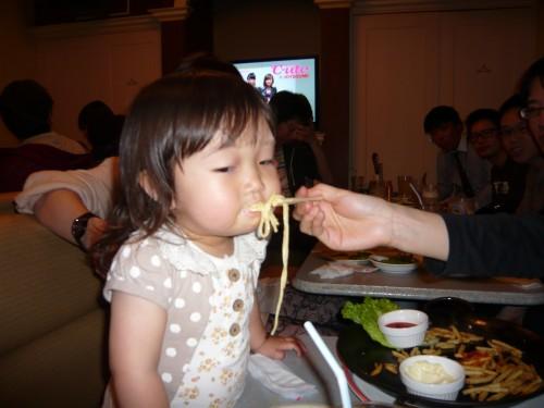 食べることに夢中なスタッフのお子様(^^)